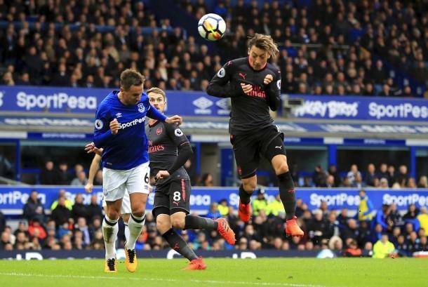 Heading Mesut Ozil saat mencetak gol pada pertandingan Liga Primer Inggris antara Everton melawan Arsenal di Goodison Park, Liverpool