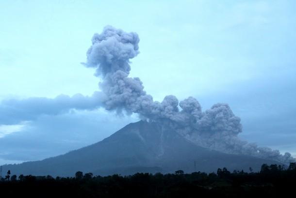 Semburan debu vulkanis gunung Sinabung saat erupsi terlihat dari Desa Tiga Pancur, Karo, Sumatera Utara, Minggu (13/11).