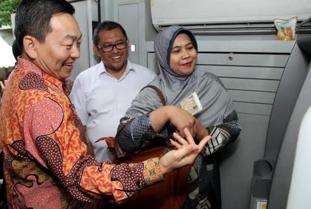 Senior General Manager Head of Consumer Card PT Bank Central Asia Tbk (BCA) Santoso (kiri) sedang memberikan penjelasan transaksi kepada masyarakat terkait dengan pembayaran Pajak Kendaraan Bermotor (PKB) untuk Provinsi Jawa Barat melalui ATM BCA disaksika