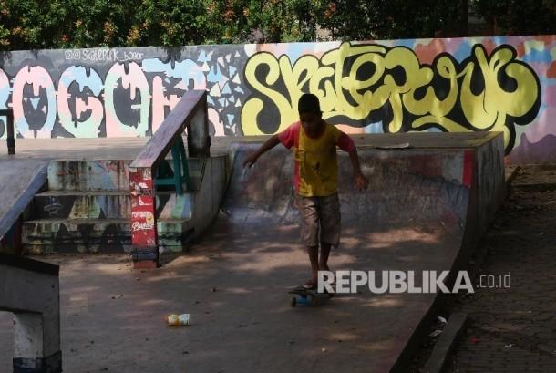 Seorang anak sedan berlatih gerakan dasar bermain skate board di Bogor Skate Park, Bogor, Rabu (12/7).