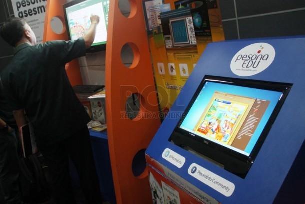 Seorang guru mencoba mengoperasikan program solusi pendidikan dengan menggunakan digital di Jakarta, Rabu (26/3).  (Republika/Yasin Habibi)