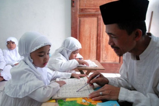 Seorang guru mengajari anak membaca dan menghafal Al-Qur'an di Rumah Tahfidz Daarul Qur'an AN-NAAFI, Sunter Jaya, Jakarta Utara, (ilustrasi)