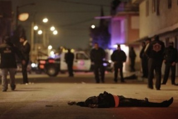 Seorang korban perang kartel narkoba Meksiko tewas tergeletak di jalanan. (ilustrasi)