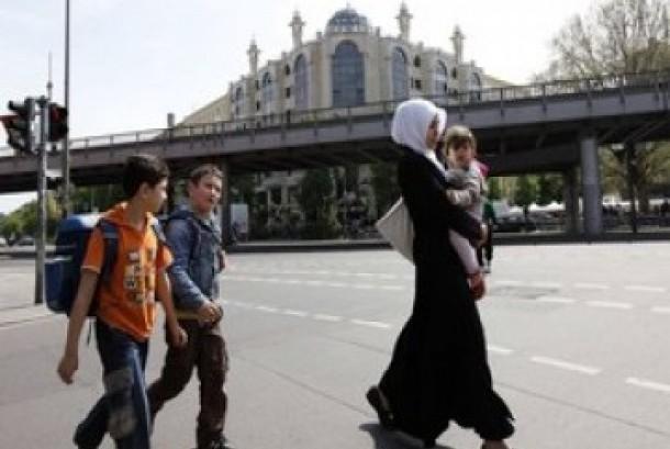 Seorang Muslimah melintas di jalan raya dengan latar belakang masjid Berlin (Ilustrasi)