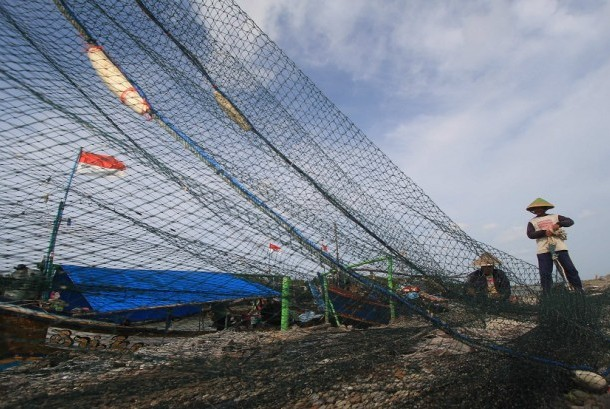 A fisherman repaired a cantrang net (trawls) at Karangsong, Indramayu, West Java, Wednesday (February 11).