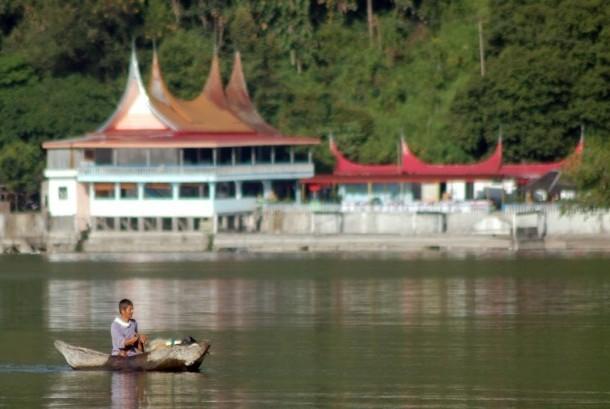 Seorang nelayan mencari ikan bilih, di tepian Danau Singkarak, Nagari Sumpur, Kec.Batipuh Selatan, Kab.Tanah Datar, Sumbar, Minggu (3/6).
