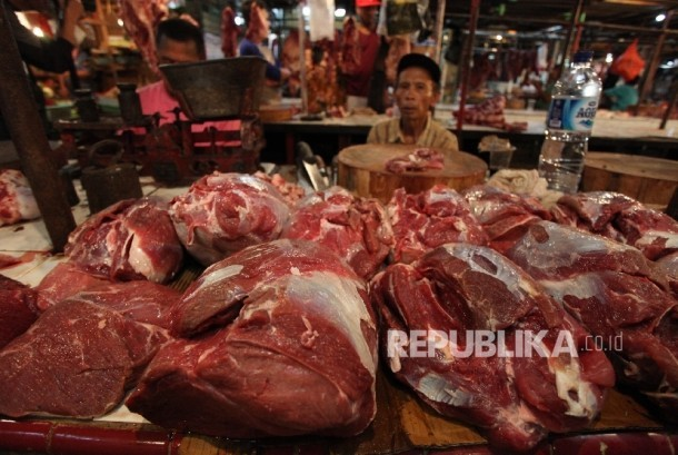 Seorang pedagang daging sapi menanti pembeli di pasar Senen, Jakarta, Rabu (28/6).