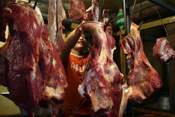 Seorang pedagang melayani pembeli daging sapi di pasar tradisional. (Ilustrasi)