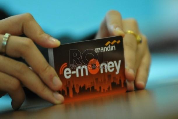 Seorang pegawai menunjukkan model layanan uang elektronik (E-Money) berbentuk kartu dari Bank Mandiri, di Jakarta, Selasa (51/7). Bank Indonesia terus mendorong penggunaan e-money sebagai pengganti uang tunai untuk lebih mudah mengontrol peredaran uang kar