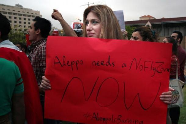 Seorang perempuan Suriah memegang poster dalam protes di markas PBB di Beirut, Lebanon, Ahad, 1 Mei 2016. Dia menentang operasi militer pemerintah Suriah di Aleppo.