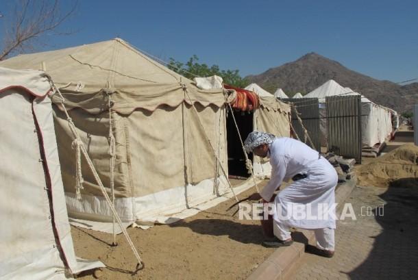 Seorang petugas menyiapkan tenda di Arafah.