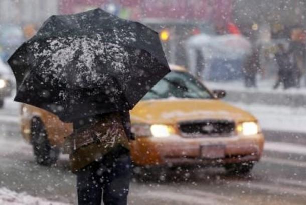 Seorang pria berjalan menembus hujan salju (Ilustrasi)