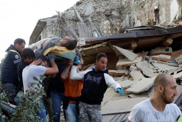 Seorang pria dibawa setelah diselamatkan dari reruntuhan gempa bumi di Amatrice, Italia tengah, Rabu, 24 Agustus 2016.