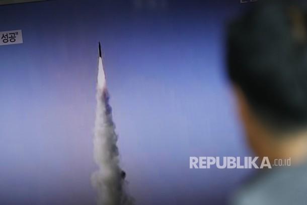 Seorang pria Korea Selatan menonton sebuah televisi yang menampilkan siaran berita yang melaporkan peluncuran rudal balistik jarak menengah Korea Utara di sebuah stasiun di Seoul.