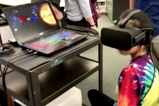 Seorang siswi di AS sedang menggunakan teknologi virtual saat belajar (ilustrasi).