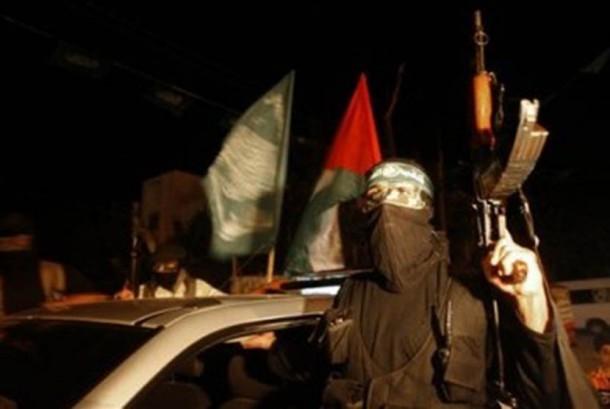 Seorang tentara pasukan Hamas sedang berjaga di jalan utama di Khan Younis, selatan Jalur Gaza, jelang pertukaran tahanan dengan Israel (Ilustrasi)