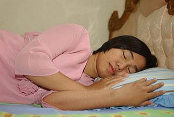 Seorang wanita tertidur.