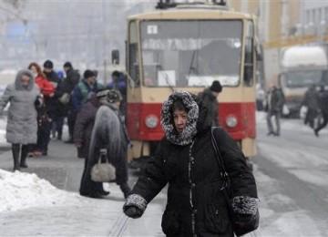 Seorang warga berjalan di sebuah jalan di ibukota Ukraina, Kiev.
