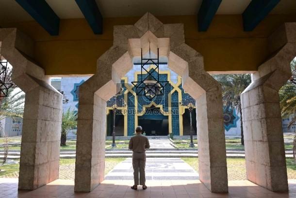 Seorang warga melintas di depan Masjid Raya Jakarta Islamic Centre (JIC), Koja, Jakarta Utara, Senin (23/9).