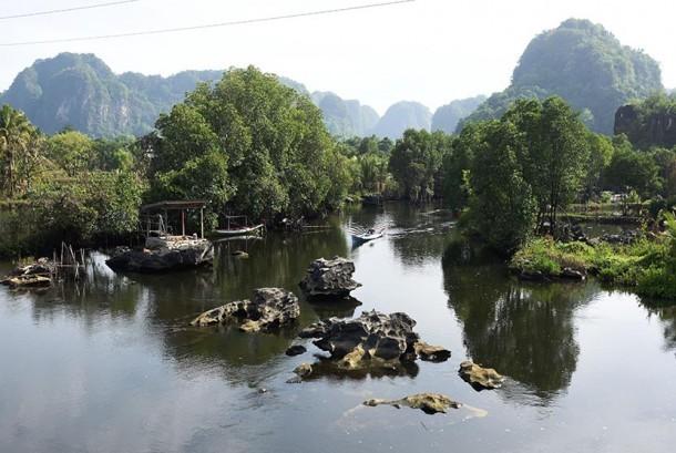 Seorang warga melintas di sungai Kampung Wisata Rammang-Rammang, Maros, Sulawesi Selatan, Ahad (22/10).