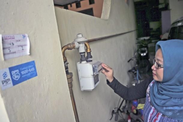 Seorang warga memeriksa meteran saluran pipa gas pelanggan PT Perusahaan Gas Negara (PGN) di Batam, Kepulauan Riau, Selasa (27/12).