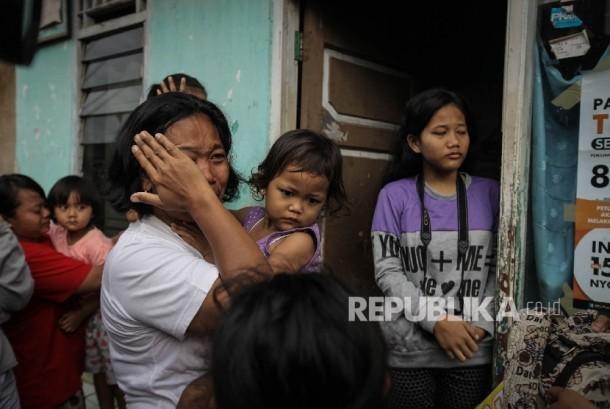 Seorang warga menangis saat penggusuran di pemukiman proyek normalisasi Sungai Ciliwung, Bukit Duri, Jakarta, Rabu (28/9)