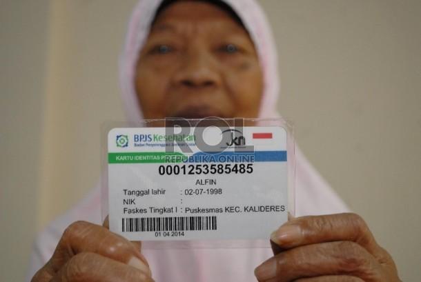 Seorang warga menunjukkan kartu BPJS Kesehatan miliknya (Ilustrasi)