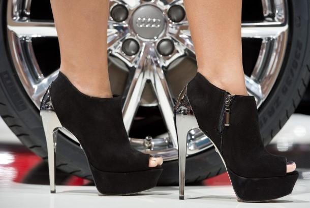 Penggunaan sepatu berhak tinggi bisa menyebabkan kulit kaki kering.