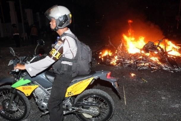 Sepeda motor dibakar (ilustrasi).