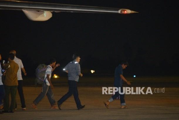Sepuluh orang Warga Negara Indonesia (WNI) yang telah dibebaskan kelompok teroris Abu Sayyaf tiba di Bandara Halim Perdana Kusuma, Jakarta Timur, Ahad (1/5) malam.Republika/Raisan Al Farisi