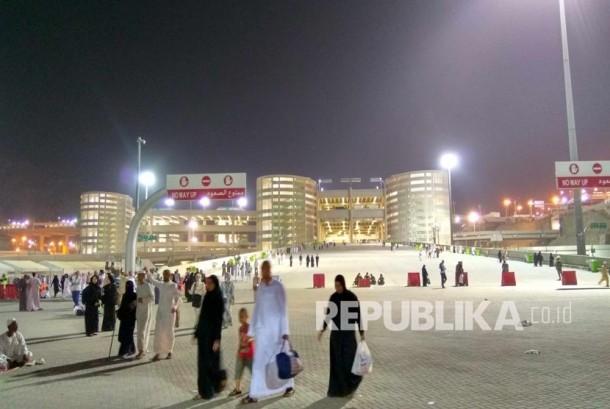 Setelah mabit di Mina, sebagian jamaah haji memilih untuk kembali ke hotel di Makkah, Selasa (13/9) dini hari. (Republika/ Amin Madani)