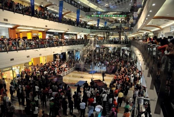 Setiap hari besar atau tanggal merah Pondok Indah Mall memiliki program yang menarik minat pengunjung.