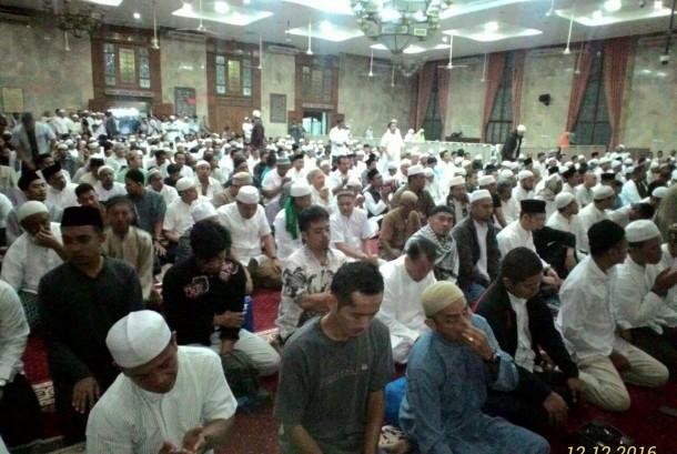 Shalat fardhu berjamaah di masjid.