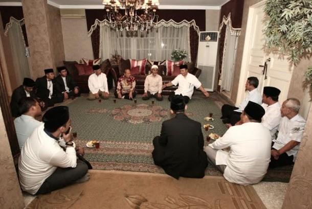 Silaturahmi HNW dengan alumni pondok pesantren Gontor.