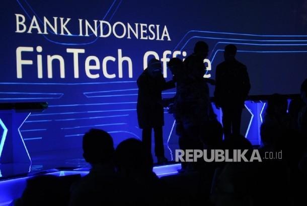 Siluet pengunjung saat peluncuran Fintech Office di kantor Bank Indonesia (BI), Jakarta, Senin (14\11).