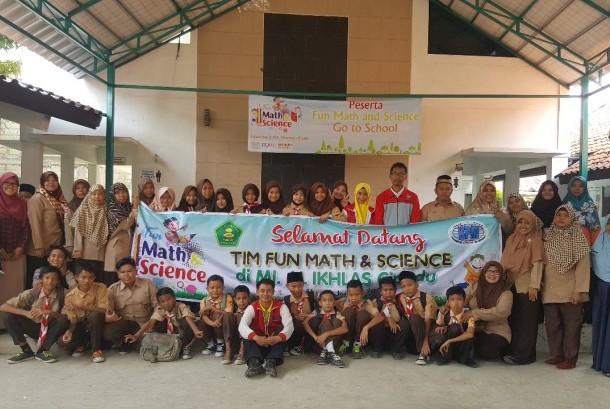 Siswa-siswa MI Al Ikhlas Kota Tangerang menghabiskan akhir pekan dengan kegiatan Fun Math & Science (FMS), Sabtu (13/1).