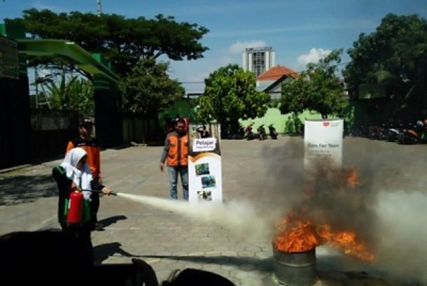 Siswa-siswa MTS N 1 Surabaya belajar memadamkan api dan mencegah kebakaran.