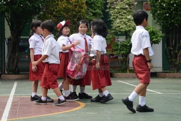 Siswa-siswi Sekolah Dasar bermain di halaman di sekolahnya. (ilustrasi)