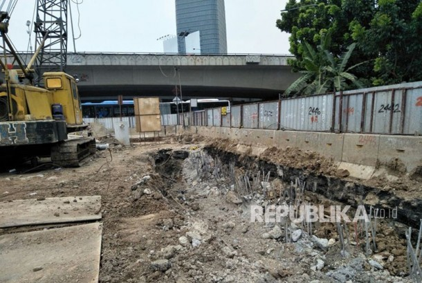 Completion of Mampang - Kuningan underpass construction has reached only 61,5 percent on Wednesday (October 18).