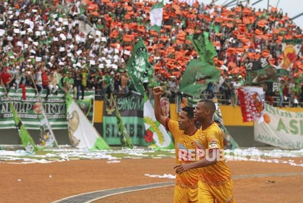 Skuat asing Sriwijaya FC Alberto Goncalves (kiri) bersama rekan satu timnya Hilton Moreira (kanan) melakukan selebrasi seusai mencetak gol ke gawang PS Barito Putera  dalam pertandingan Gojek Traveloka Liga 1 di Stadion Gelora Sriwijaya Jakabaring (GSJ), Jakabaring Sport City (JSC), Palembang, Sumatera Selatan, Sabtu (13/5).
