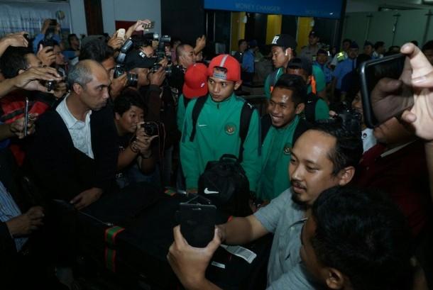 Skuat timnas Indonesia disambut hangat saat tiba di Bandara Soekarno Hatta, Kamis (8/12).