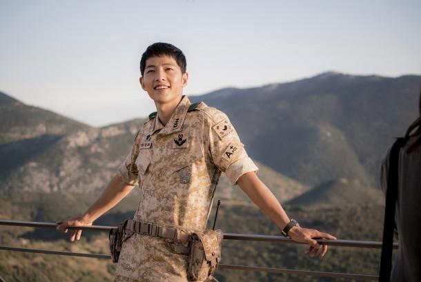 Song Joong-Ki dalam salah satu adegan di drama populer 'Descendants of the Sun'.