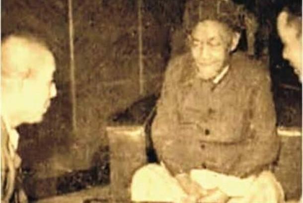 Sosok pendiri NU KH Hasyim Asy'ari  ketika bicara dengan opsir tentara Jepang.