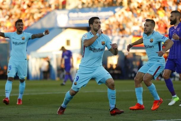 Striker Barcelona, Luis Suarez merayakan gol ke gawang Leganes pada laga La Liga di Stadion Municipal de Butarque, Sabtu (18/11). Barcelona menang 3-0.