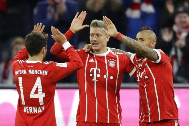 Striker Bayern Muenchen, Robert Lewandowski (tengah) merayakan gol bersama rekannya ke gawang Augsburg pada laga Bundesliga di Allianz Arena, Ahad (19/11) dini hari WIB. Muenchen menang 3-0.
