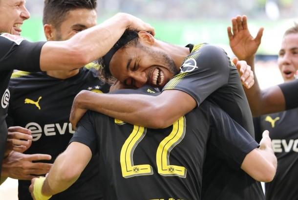 Striker Borussia Dortmund, Pierre-Emerick Aubameyang (tengah) merayakan gol ke gawang Vfl Wolfsburg pada laga Bundesliga di Volkswagen Arena, Sabtu (19/8). Dortmund menang 3-0.