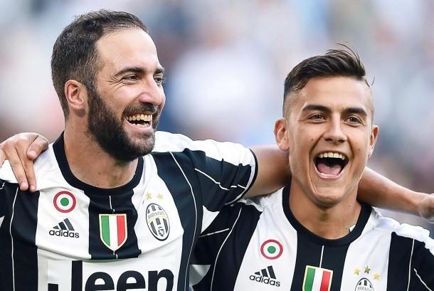 Striker Juventus, Paolo Dybala (kanan) bersama Gonzalo Higuain merayakan gol pada sebuah laga Serie A.