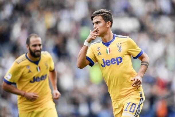 Striker Juventus, Paulo Dybala (kanan).