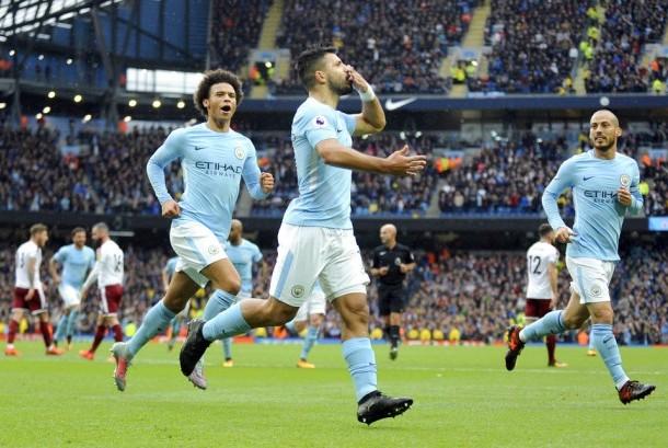 Striker Manchester City, Sergio Aguero (tengah) merayakan golnya ke gawang Burnley pada laga Liga Primer Inggris, di Stadion Etihad, Sabtu (21/10). City menang 3-0 pada laga ini.