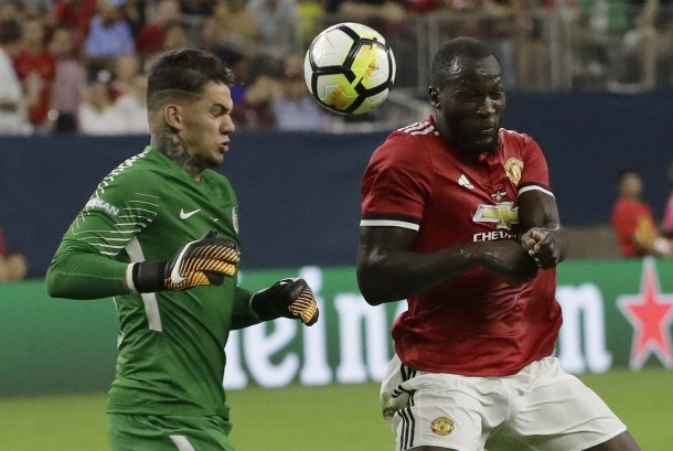 Striker Manchester United, Romelu Lukaku (kanan) berebut bola dengan kiper Manchester City, Moraes Ederson pada laga tur pramusim di Houston, Texas, Amerika Serikat, Kamis (20/7).